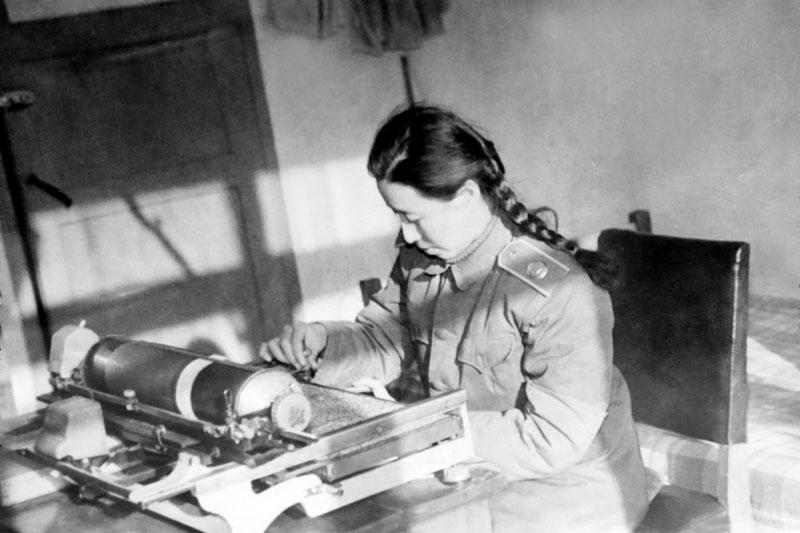 恢复建院后,打字员魏豪同志正在用铅字打印机打字