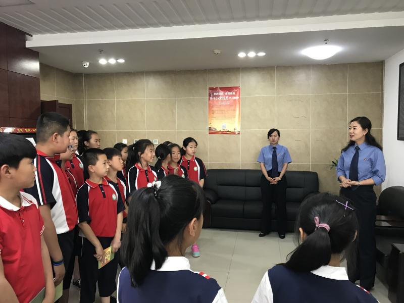 检察官带领学生参观案件管理大厅_编辑