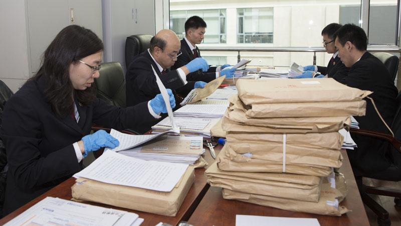 省人民检察院控申部门同志集中拆阅、登记群众来信2