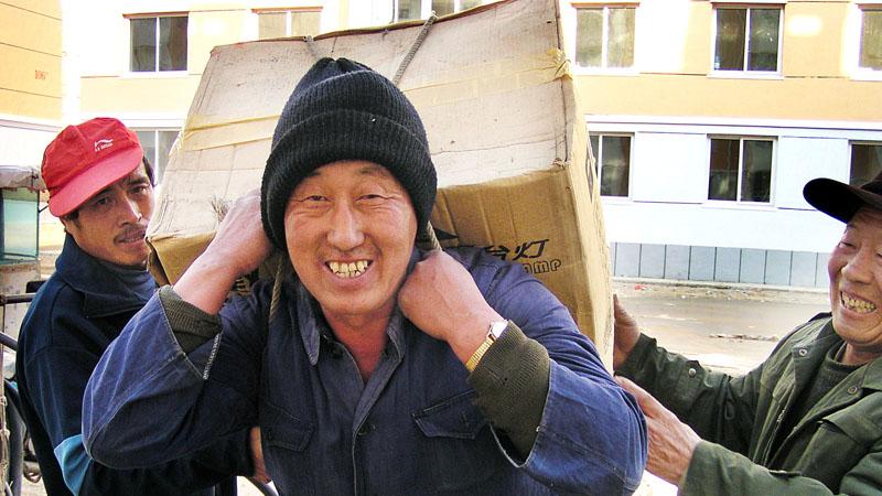 莫地社区居民欢天喜地搬家住楼房
